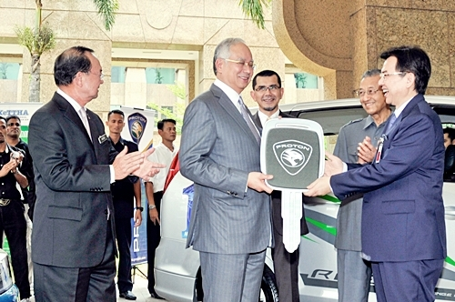 Dato Sri' Mohd Nadzmi handing over the mock key to PM