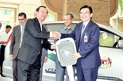 Mock key handover to Dato' Sri Peter Chin, Minister of Energy, Green Technology and Water