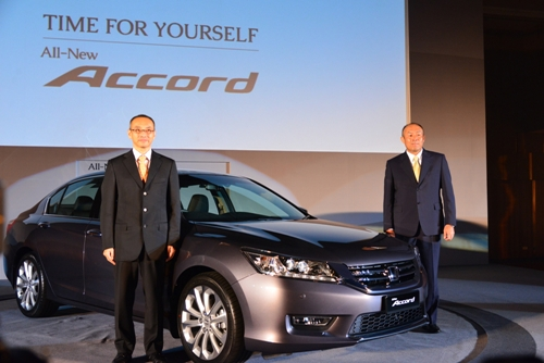 Photo 4 Mr. Yoichiro Ueno, MD and CEO, Mr Masao Nakano, A-LPL of All-New Accord