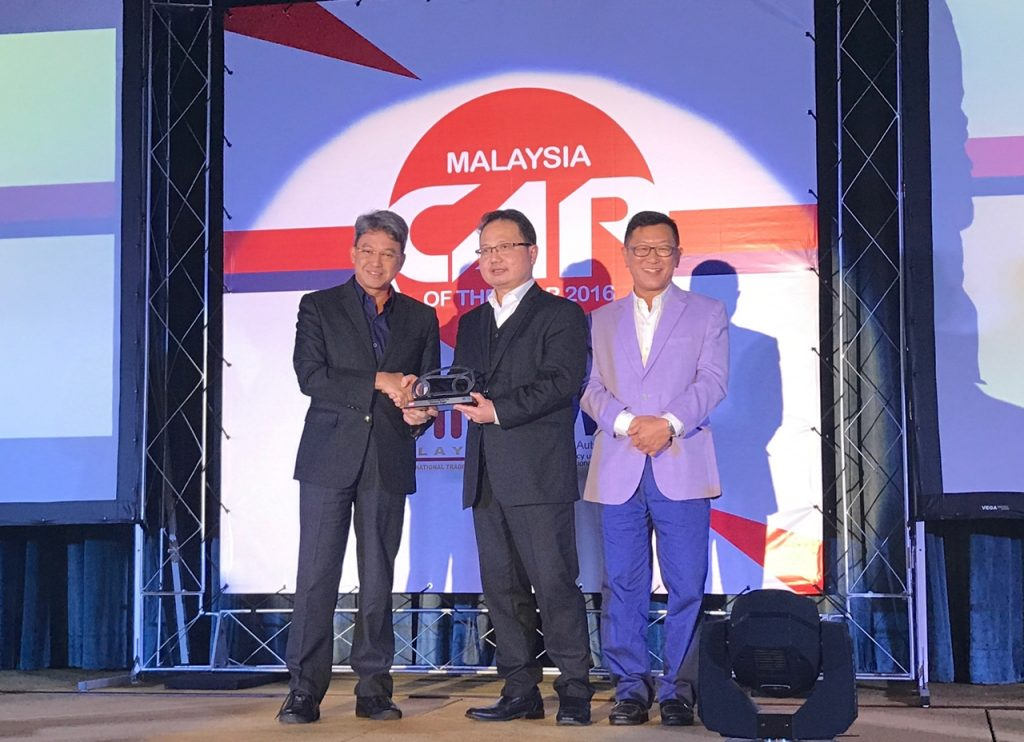 dato-fuaad-receiving-the-award-from-dato-madani-mai-15dec2016