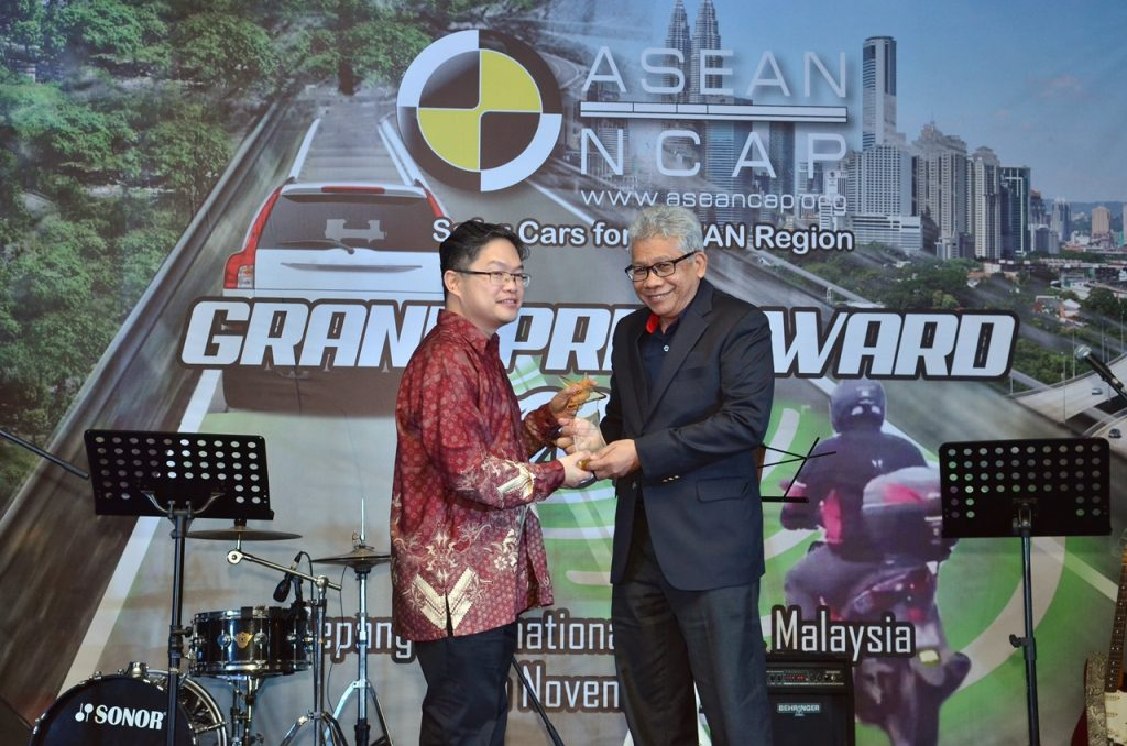 ybhg-dato-radzaif-mohamed-dceo-of-proton-receives-the-award-2