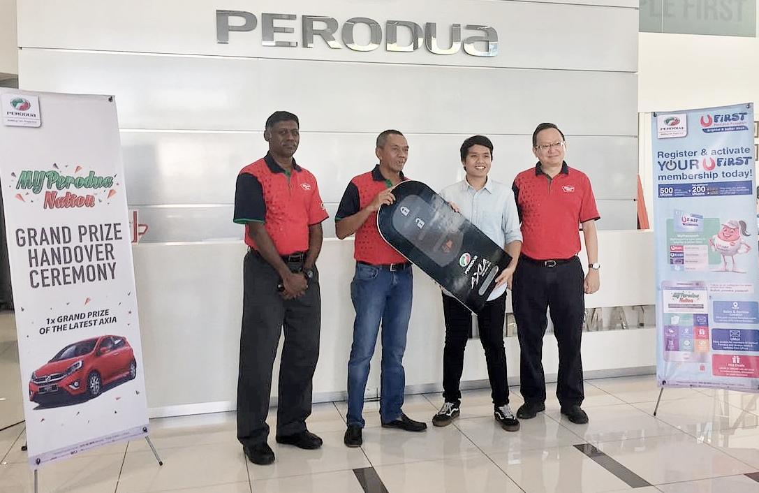 Ahmad Irfan Ismail menerima sebuah Perodua Axia 1.0L Advance sempena karnival MYPerodua Nation
