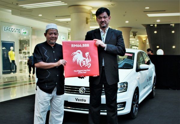 Lucky winner En. Sohaimi and Roland Ooi, Marketing & Sales Director of VPCM